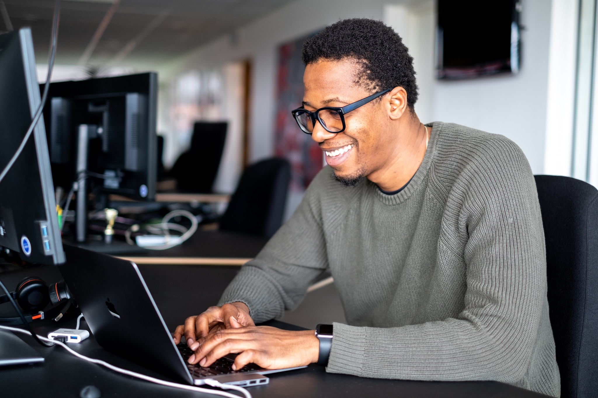 man in front of a screen with great motivation at work